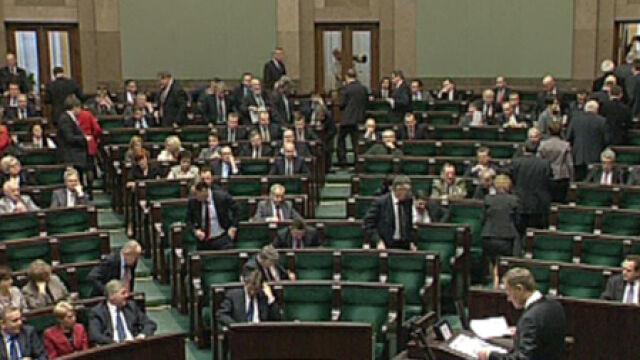 Posłowie PiS opuszczają salę plenarną po słowach premiera
