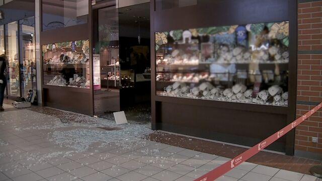 Staranowali drzwi, wjechali do centrum handlowego i okradli sklep jubilerski