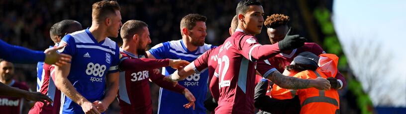 Wtargnął na boisko i uderzył piłkarza. Birmingham ukarane za skandal w derbach