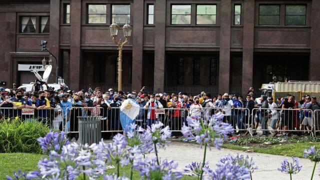 Gigantyczne kolejki do Pałacu Prezydenckiego. Argentyńczycy składają hołd Diego Maradonie