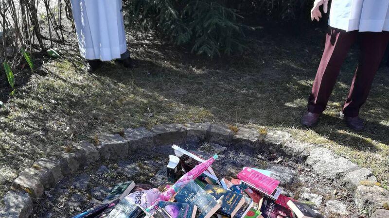W gdańskiej parafii publicznie spalono książki o Harrym Potterze