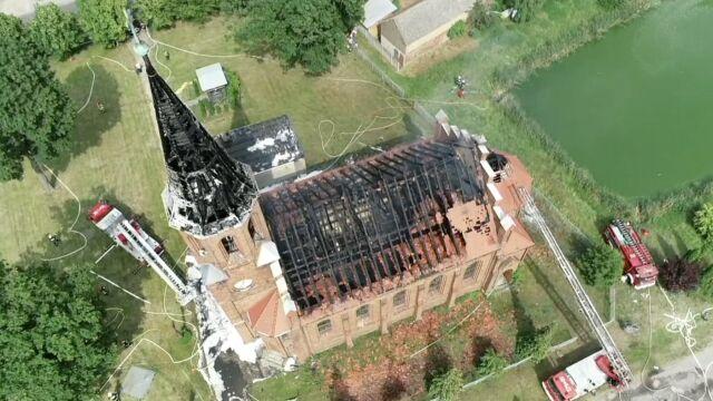 Płomienie w wieży i na dachu. Pożar kościoła