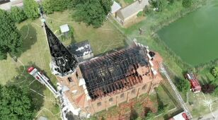 Dużo dymu, płomienie w wieży. Strażacy walczyli z pożarem kościoła