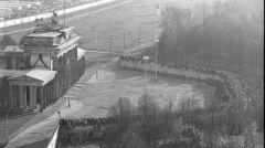 Tłum przed i na betonowej ścianie przy Bramie Brandenburskiej