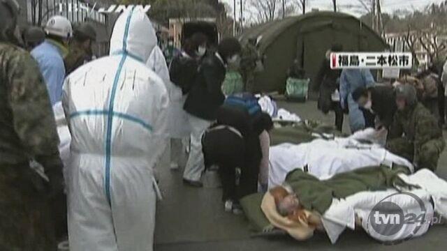 Ewakuacja ludzi mieszkających w pobliżu elektrowni atomowej Fukushima (Reuters)