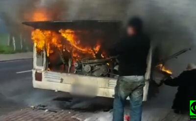 Autokar zapalił się w czasie jazdy. Z silnika buchały płomienie