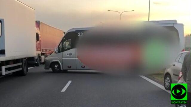 Autostrada stała, a kierowcy busa