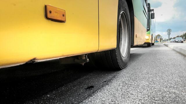 Autobus stał w korku. Pasażer wybił szybę i wyszedł