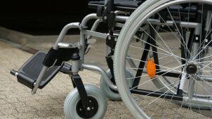 Prowadził przez pasy kobietę na wózku inwalidzkim. Wjechało w nich auto