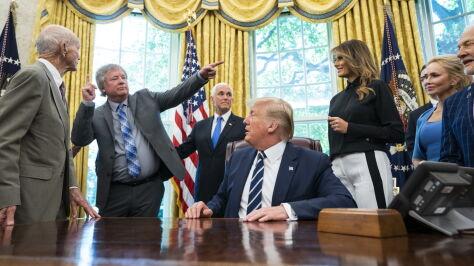 """""""50 lat temu zatknęliśmy flagę  na Księżycu"""". Trump przyjął astronautów w Białym Domu"""