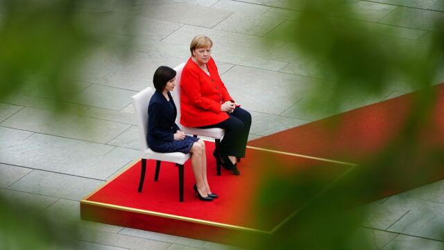 """""""Absolutnie nietypowa"""" sytuacja staje się tradycją. Merkel znów na siedząco"""