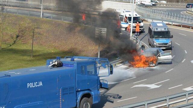 Policjanci jak strażacy. Wozem z armatką wodną ugasili płonący samochód
