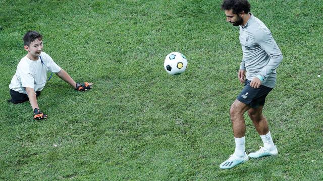 Salah zagrał z niepełnosprawnymi dziećmi przed meczem o Superpuchar