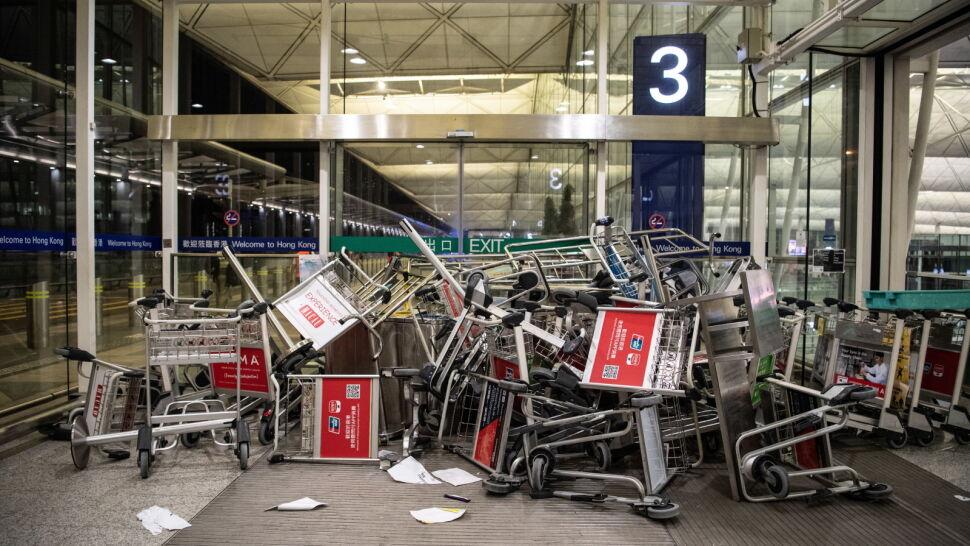 Służby sprzątnęły ślady krwi i rozbite szkło. Na lotnisku w Hongkongu przywrócono ruch