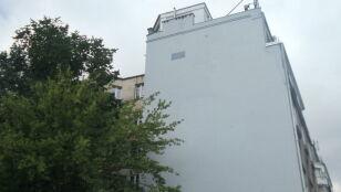 Zamalowany mural wyłania się spod farby