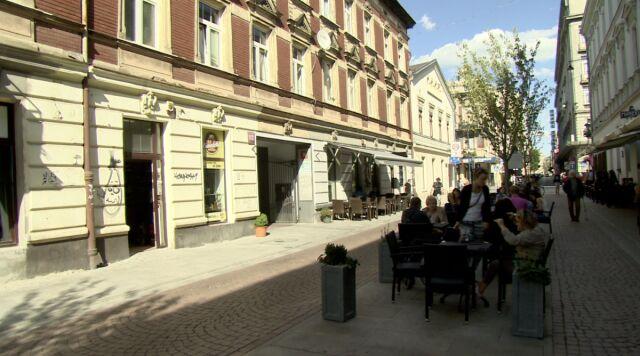 Zamiast korków i smartshopów - restauracje, ławki i rowerzyści