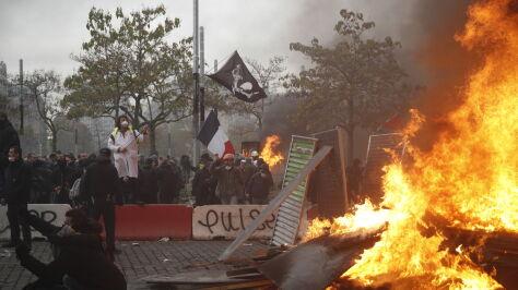 """Ogień i gaz na ulicach Paryża. Pierwsza rocznica powstania ruchu """"żółtych kamizelek"""""""