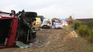 Autobus zderzył się z ciężarówką. Kilkanaście osób nie żyje