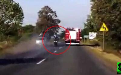 """Motocyklista i auto na jednym pasie. """"Ewidentnie mu się śpieszyło. Z opon leciał dym"""""""