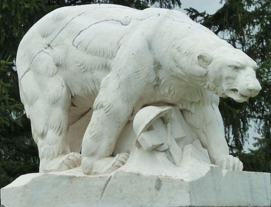 Pomnik uczestników Polar Bear Expedition na cmentarzu White Chapel w stanie Michigan, USA