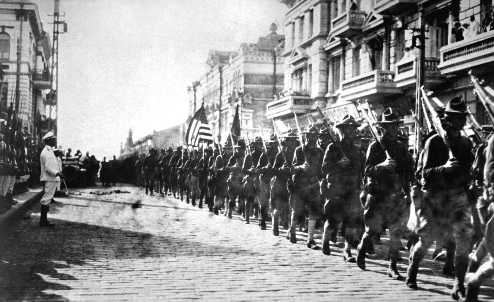 Amerykańskie wojska lądują we Władywostoku, sierpień 1918 rok. Z lewej strony stoją żołnierze japońscy