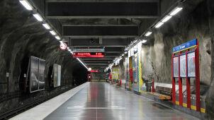 Czarne pudełko z dwoma kablami przed stacją metra. Policja: materiał wybuchowy
