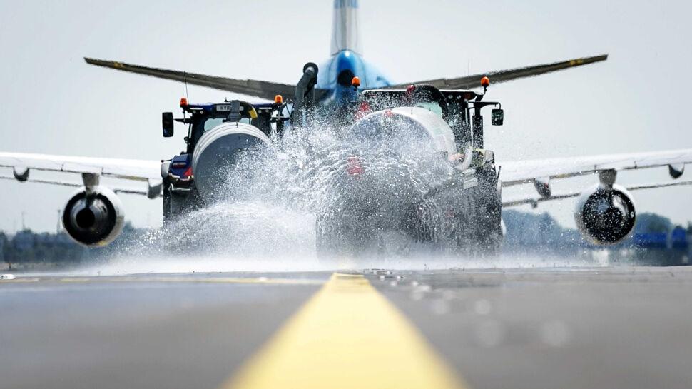 Obsługa holenderskiego lotniska Schiphol, rozpyla wodę podczas kołowania samolotu