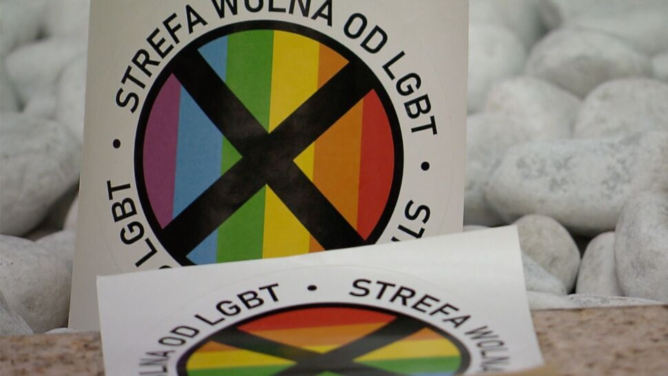 """Sąd zajął się naklejką """"Strefa wolna od LGBT"""". Nakaz wycofania z dystrybucji"""