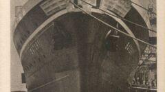 Przedwojenna pocztówka z Batorym stojącym w Gdyni. Charakterystyczny herb na dziobie usunięto po wojnie. Jego arystokratyczne konotacje nie pasowały do Polski ludowej