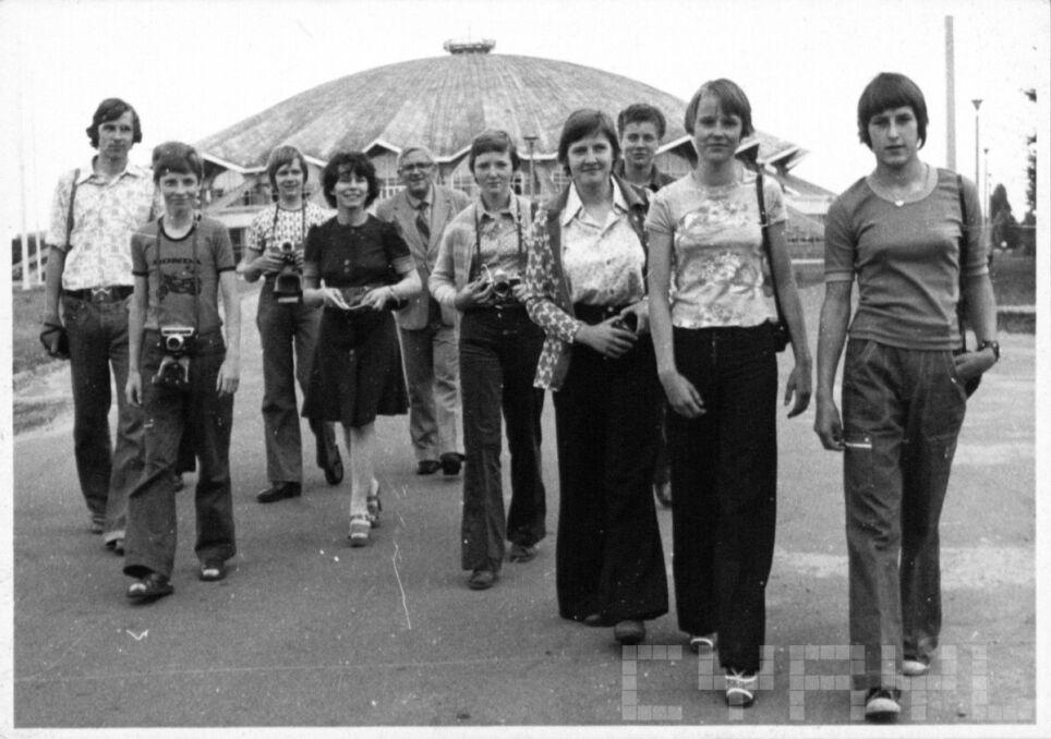 Grupa młodych fotoreporterów przed Salą Widowiskowo-Sportową Areną w latach 70.