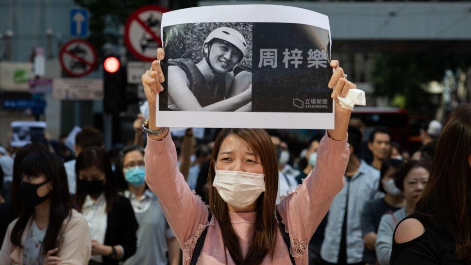 Miał uciekać przed policją, spadł z wysokości. Pierwsza ofiara śmiertelna protestów w Hongkongu