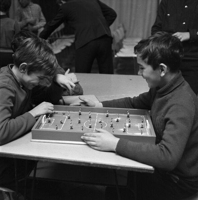 Młodzież gra w piłkarzyki w Berlinie Wschodnim