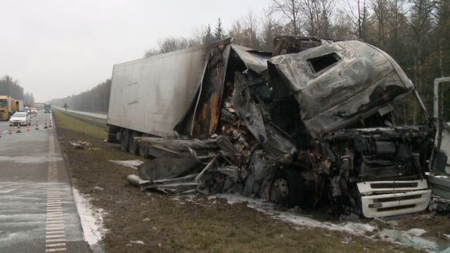 Ciężarówka najechała na ciężarówkę. Zapaliła się kabina