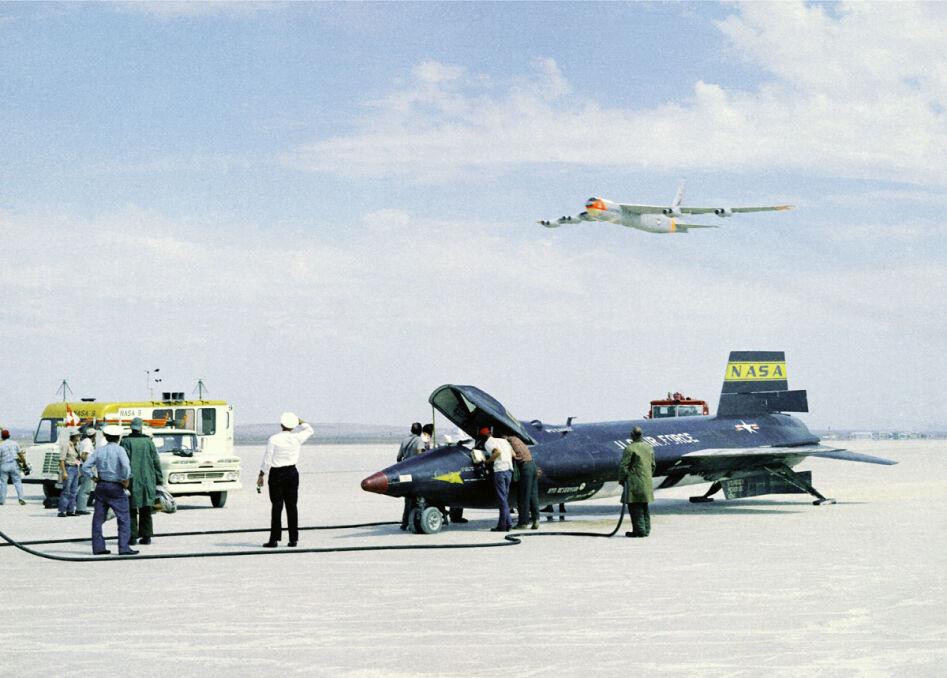 Każdy lot X-15 był wielkim przedsięwzięciem. Brał w nim udział bombowiec B-52, transportowiec Herkules z wozami ratunkowymi na pokładzie, oraz cztery samoloty pościgowe. Na ziemi w różnych punktach czekały śmigłowce i ekipy ratownicze. Wszystko w celu jak najszybszej reakcji w sytuacji awaryjnej