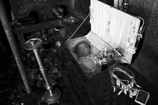 """Zdjęcie pojedyncze - zwycięzca w kategorii ŻYCIE CODZIENNE, Mariusz Janiszewski, """"Doc! Photo Magazine"""" Filipiny, Manila. Cmentarz północny to największy, najstarszy cmentarz w Manili – i najliczniej zamieszkały"""