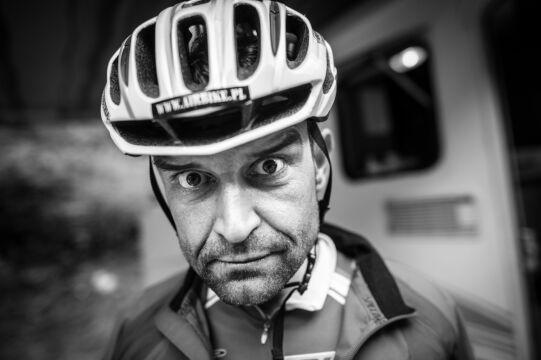 sFotoreportaż - I miejsce w kategorii SPORT, Jacek Turczyk, PAP. Austria. Remigiusz Siudziński jest analitykiem danych, większość czasu spędza przed komputerem. Jego marzeniem było wziąć udział w Race Around Austria. RAA to ultramaraton, w którym kolarze jadą 2,2 tys. km w systemie non stop przez Alpy
