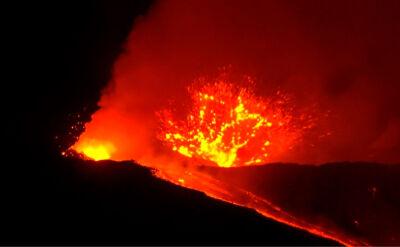 Etna znowu daje o sobie znać. Nocny spektakl z płynącą lawą