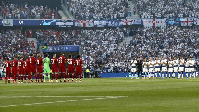 Piłkarze na środku, wszyscy bili brawo. Minuta ciszy przed finałem Ligi Mistrzów