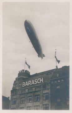 Zeppelin nad domem towarowym w Rynku