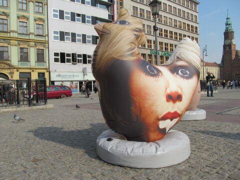 """Artyści nazywają rzeźby """"kurami feministycznymi"""""""