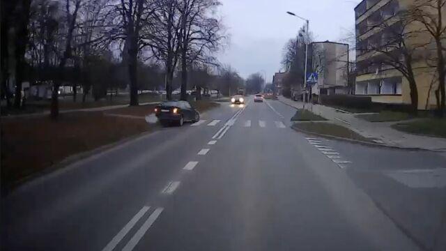 Po krawężnikach i chodnikiem. Pijacki rajd ulicami miasta przerwał inny kierowca