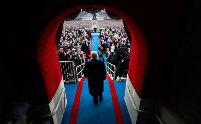 """Za długi krawat, za duży garnitur. Trump miał wyglądać jak """"swój chłop"""""""