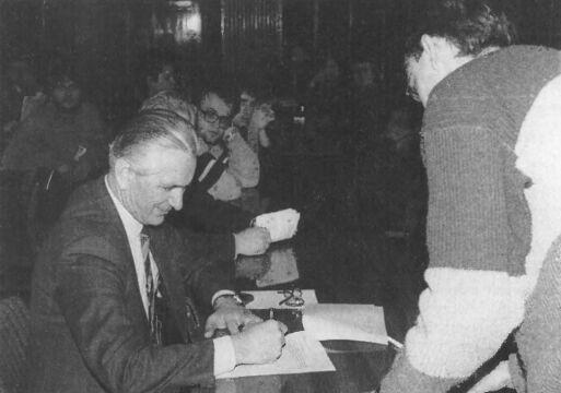 I sekretarz KW PZPR gen. Edward Łukasik podpisuje porozumienie