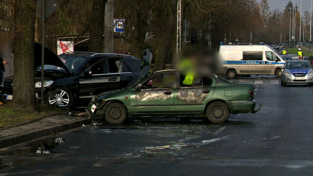 Spalone auto, wokół rozrzucone maczety i pręty. Policja podejrzewa porachunki pseudokibiców