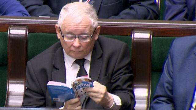 """Prezes Kaczyński czyta """"Atlas kotów"""""""