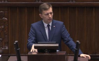 Poseł PiS Łukasz Schreiber prezentuje projekt PiS