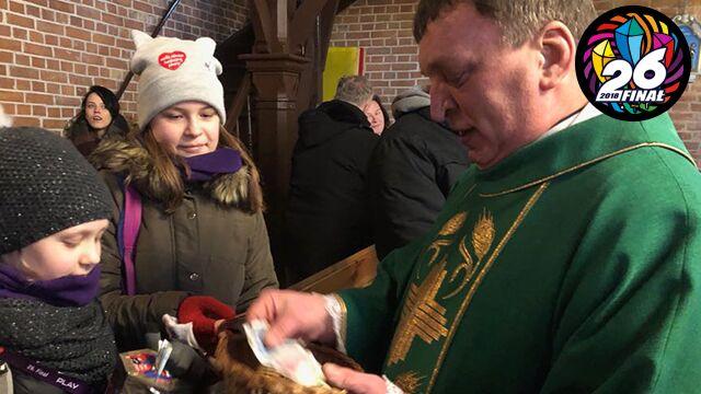 Ksiądz polskokatolicki przekazał na WOŚP pieniądze z tacy.