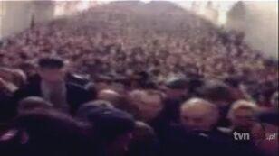 Tłum ludzi na stacji Komsomolskaja po tym jak doszło do wybuchów (youtube.com)
