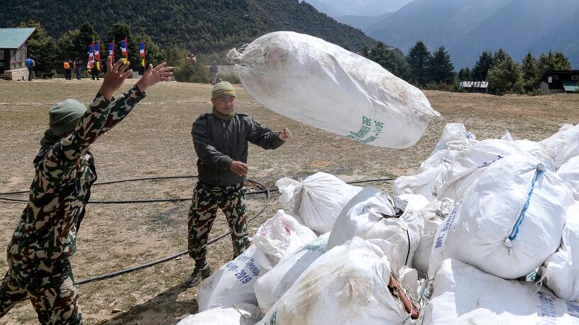 Kolejne znaleziska na Mount Evereście. Zwłoki i góra śmieci nawet sprzed kilkudziesięciu lat