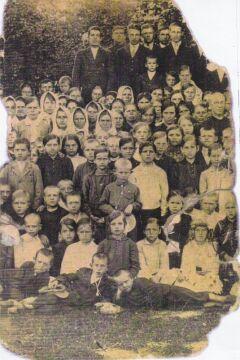 Mieszkańcy parafii Ostrówki z ks. Franciszkiem Korwin-Milewskim (ok. 1930 r.). Zbiory Leona Popka